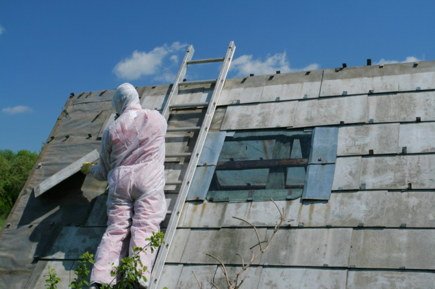 demolishing-a-building-with-asbestos